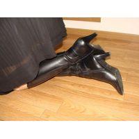 152ブーツ画像 黒の本革ロングブーツ 室内