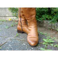 066ブーツ画像 キャメル色の本革ブーツ 草踏系