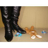 377ブーツ画像 レザーニーハイブーツ 空缶とぬいぐるみ踏み