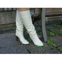 067ブーツ画像 ダイアナの本革白ブーツ 草踏系