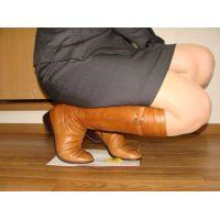 198ブーツ画像 キャメル色の本革ロングブーツ 小人目線と踏み