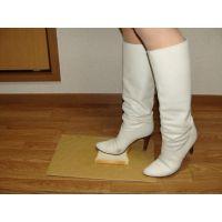 136ブーツ画像 ダイアナの本革白ブーツ パン踏み