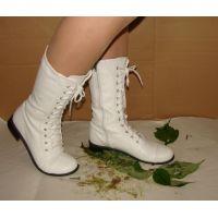 340ブーツ画像 白のミドルブーツ 踏み