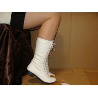 360ブーツ画像 白の編み上げミドルブーツ 踏み