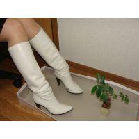151ブーツ画像 ダイアナの本革白ロングブーツ 踏み