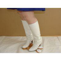 312ブーツ画像 本革製の白ロングブーツ 踏み