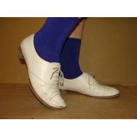 1648パンプス画像 白の革靴と青ソックス