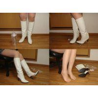 239ブーツ画像 ダイアナの白ロングブーツ 踏み