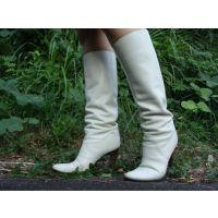 084ブーツ画像 ダイアナの本革白ブーツ 草踏系