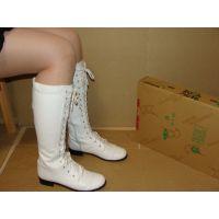 491ブーツ画像 白の編み上げロングブーツ 踏み