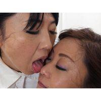 顔舐めレズ〜由梨絵が藤野の顔を舐める