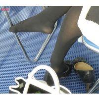 奇跡的に見かける、女性が靴脱ぎしている匂い立つパンストの夢のような風景NO.22