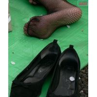 奇跡的に見かける、女性が靴脱ぎしている匂い立つ、夢のような風景NO.25