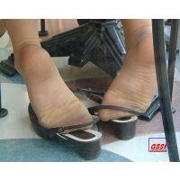 奇跡的に見かける、女性が靴脱ぎしている匂い立つパンストの夢のような風景NO.13