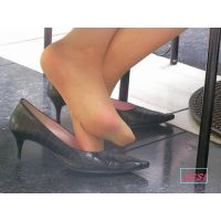 奇跡的に見かける、女性が靴脱ぎしている匂い立つパンストの夢のような風景NO.21