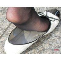奇跡的に見かける、女性が靴脱ぎしている匂い立つ、夢のような風景NO.27