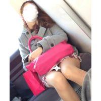 電車対面パンチラ19;マスク美女、ミニスカ、スト越し白パンティー