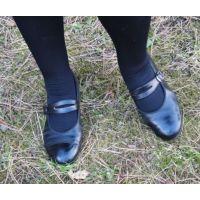 Marianne 054 ストラップ靴 外で