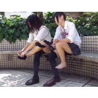 【動画】現役女子高生がニーハイから紺ハイソへ靴下を履き替える光景