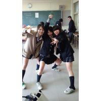 短い制服で暴れまくる校舎内の女子高生