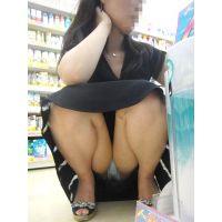 買い物に夢中の綺麗なお姉さんは柔らかそうに膨らんだ股間を包むシマシマのパンティーをバッチリ...