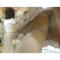 お上品な美しい奥様のスカートの中はベージュのガードルだった...