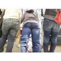 大きく肥大化してしまった爆尻をキツいジーンズに詰め込む主婦たち