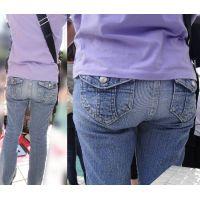 運動会で子供の応援に夢中でジーンズに包まれたお尻がプルプル揺れるママさん