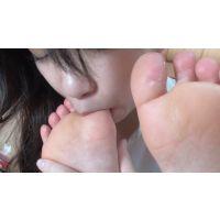 【mp4】足裏の性感帯を探しながら、女の子同士のマジ足裏舐め合い りお⇒もえ