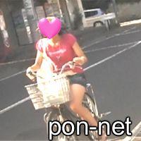 デニミニ自転車で快走に走る美脚のお姉さん�