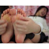 先輩の部屋で足裏くすぐられて、いつの間にかパンスト脱がされて足指舐められるという 【亜美→Mio パンスト・生足くすぐり編】