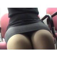 銀行員との打ち合わせ中、机の下にカメラを忍ばせ・・・